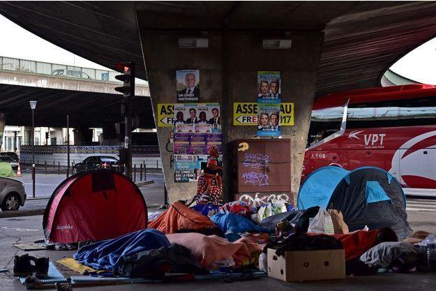 Abris de forturne de migrants Porte de la Chapelle, à Paris.
