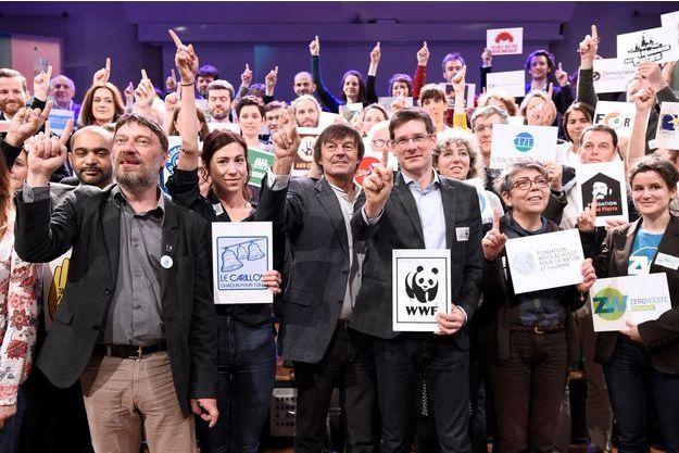 Le président d'Emmaus France Thierry Kuhn, l'écologiste français Nicolas Hulot et le représentant de WWF Pascal Canfin