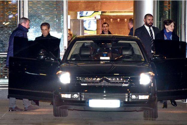 Après le 20 heures de TF1, Carla Bruni-Sarkozy est restée aux côtés de Nicolas Sarkozy.