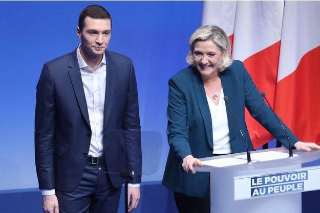 Jordan Bardella, tête de liste du RN aux européennes. Ici avec Marine Le Pen en meeting dimanche à Paris.