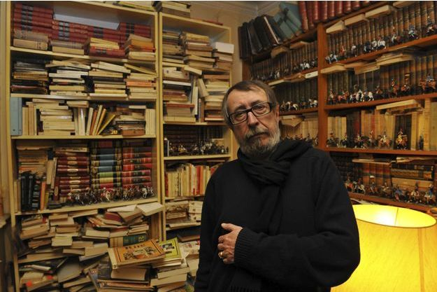 Patrick Rambaud, chez lui, entouré de ses innombrables livres.
