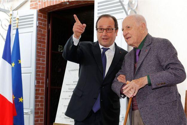François Hollande et Pierre Bergé à la Maison de Zola, à Médan (78), le 2 octobre 2016.