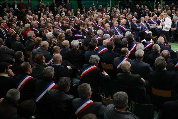 Emmanuel Macron face aux maires normands à Grand Bourgtheroulde, mardi.