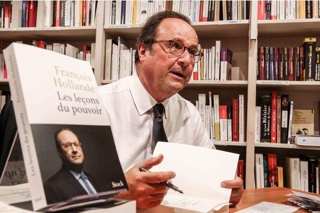 François Hollande ici en séance de dédicaces vendredi à la librairie Ryst à Cherbourg.