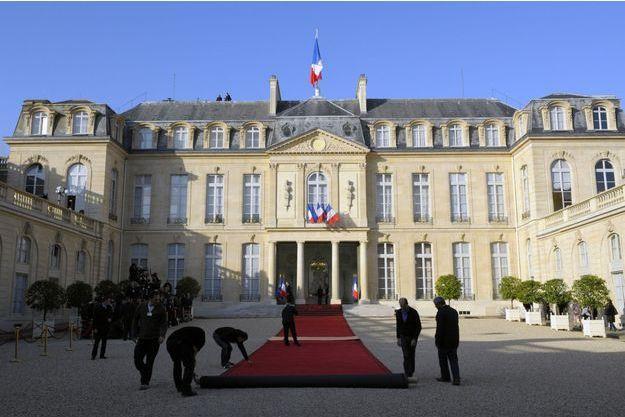 Déroulement du tapis rouge à l'Elysée, le 15 mai 2012.