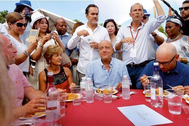 Paella et eau fraîche pour Alain et Isabelle Juppé entourés de militants, à Chatou, le 27 août.
