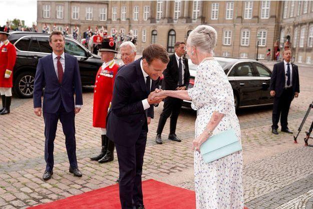 Emmanuel Macron salue la reine Margrethe du Danemark, mardi à Copenhague.
