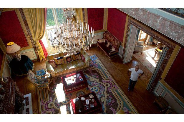 Ziad Takieddine a élu domicile au 40 de l'avenue Georges-Mandel, l'ancien hôtel particulier de Félix Houphouët-Boigny : 15 mètres de hauteur sous plafond, mobilier de style, tentures et lustre de cristal, c'est un environnement digne de sa success story, à laquelle il n'entend pas renoncer.
