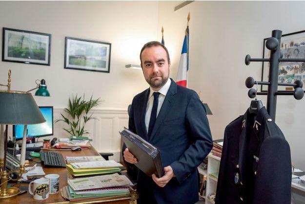 A 31 ans, le lieutenant de réserve de la gendarmerie nationale est le plus jeune membre du gouvernement.