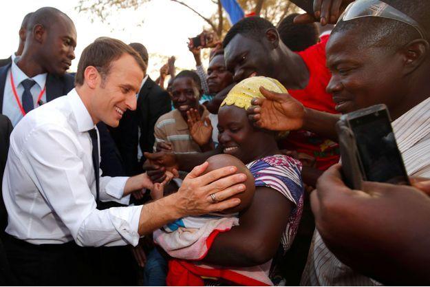 Emmanuel Macron lors de la visite d'une école à Ouagadougou au Burkina Faso, le 28 novembre dernier.