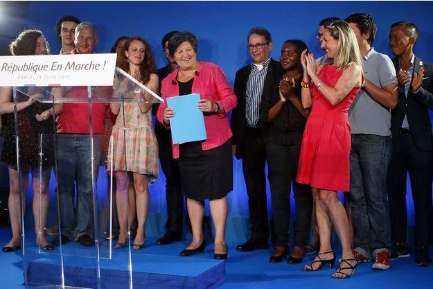 Catherine Barbaroux (avec le dossier bleu), présidente d'En Marche!, dimanche soir au QG du parti, dans le XVème arrondissement de Paris.