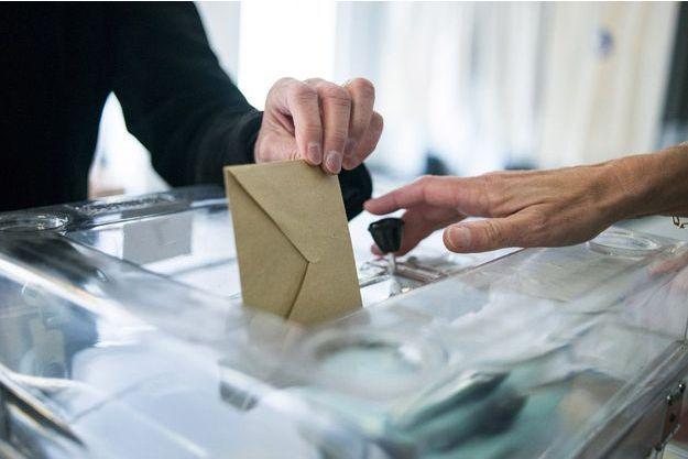 Dans un bureau de vote de Saint-Cloud, dans les Hauts-de-Seine, le 25 mai 2014, lors des précédentes élections européennes.