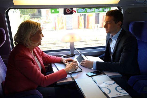Marine Le Pen et Jordan Bardella dans un train après un meeting à Béziers, samedi 11 mai.