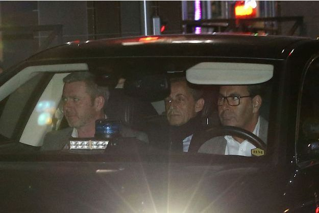 Nicolas Sarkozy quittant l'office anticorruption à Nanterre , mercredi soir.