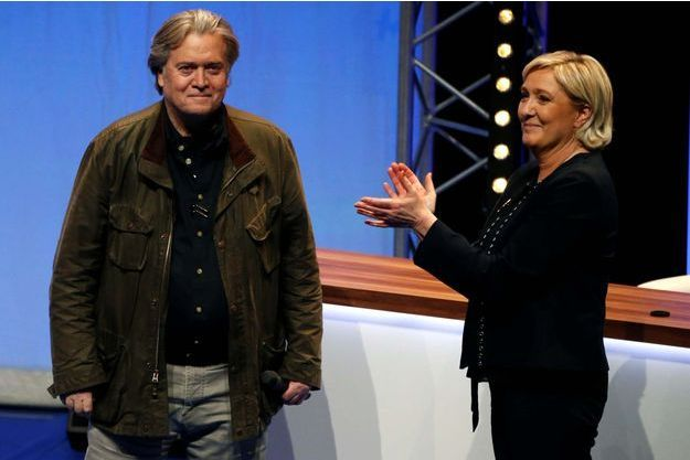 Steve Bannon applaudi par Marine Le Pen lors du Congrès du FN.