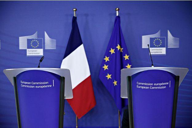 Drapeaux français et européen lors d'une conférence de presse à Bruxelles, le 6 février 2017.