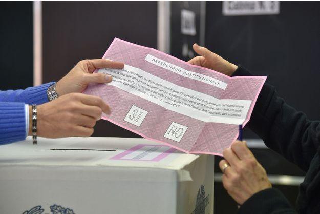 Un bureau de vote pendant le référendum sur la réforme de la Constitution italienne du 4 décembre 2016, à Rome.