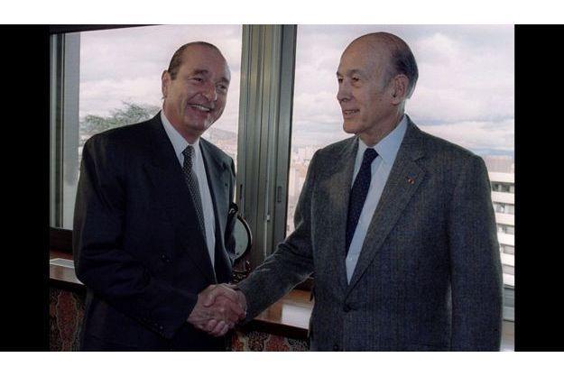 Le 17 mars 1995, les deux ennemis mortels de la politique française se serrent la main. Quelques jours plus tôt, VGE s'est résigné à ne pas se porter candidat à l'élection présidentielle et à soutenir Jacques Chirac.