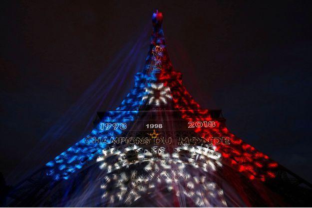 La Tour Eiffel aux couleurs de la victoire, dimanche soir.