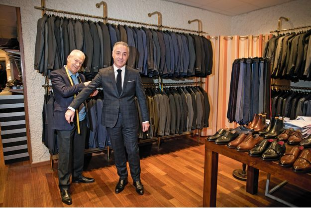 Le père et le fils dans leur boutique, au 19 rue d'Aboukir dans le quartier du Sentier (Paris IIe).
