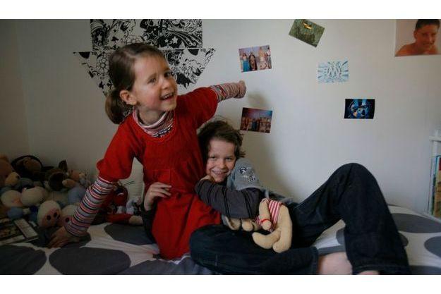 Dans la chambre de Léandre, le frère et la sœur se chamaillent gentiment. Au mur, des photos de spectacles dans lesquels a joué Léandre, passionné de théâtre.