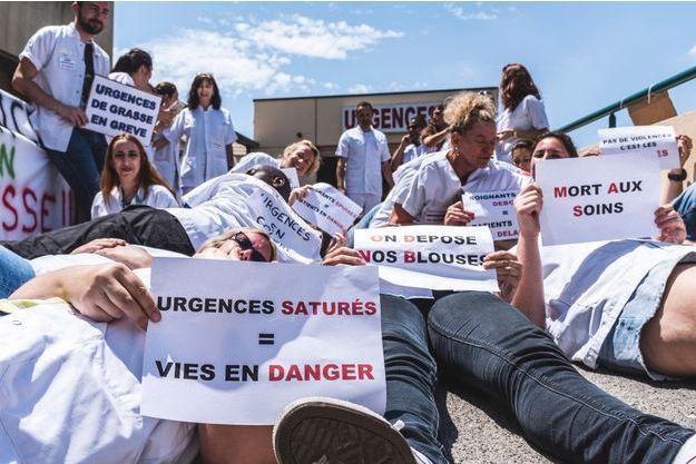Le 18 juin, dans les Alpes Maritimes, les personnels grévistes des services d'urgences (hôpital Clavary de Grasse).