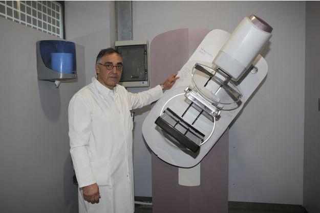 Le Dr Benillouche, radiologue, dirige le CSE à Paris, qui radiographie des milliers de patients. Il nous présente le Pristina, mis au point par General Electric, capable de repérer des microcalcifications suspectes plus petites qu'un grain de sel.