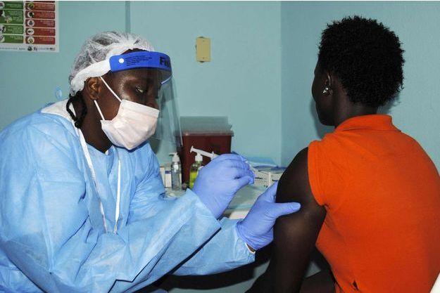 Une patiente se faisant injecter un vaccin contre Ebola.