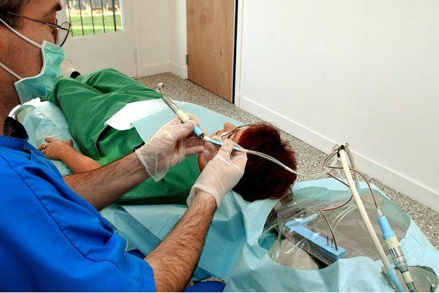 """Les dentistes s'engagent à un """"reste à charge zéro"""" pour certaines prothèses (image d'illustration)"""