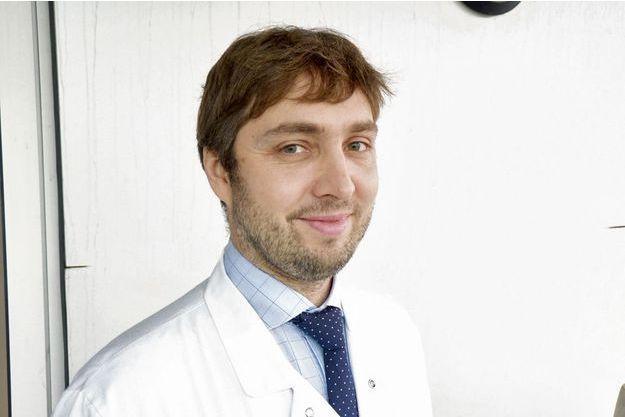 Le Dr Thomas Grégory, chirurgien orthopédique