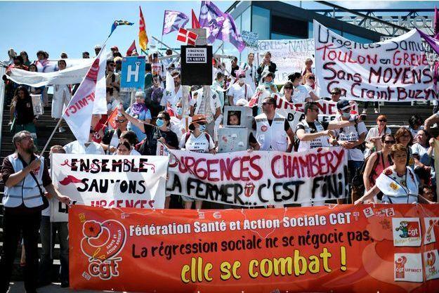 Des centaines de grévistes des urgences ont défilé mardi 2 juillet à Paris pour maintenir la pression sur le gouvernement.