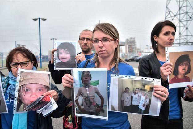 A Mourenx, octobre 2018. Des parents d'enfants victimes de la Dépakine devant l'usine Sanofi accusée d'émettre des rejets toxiques de valproate de sodium.