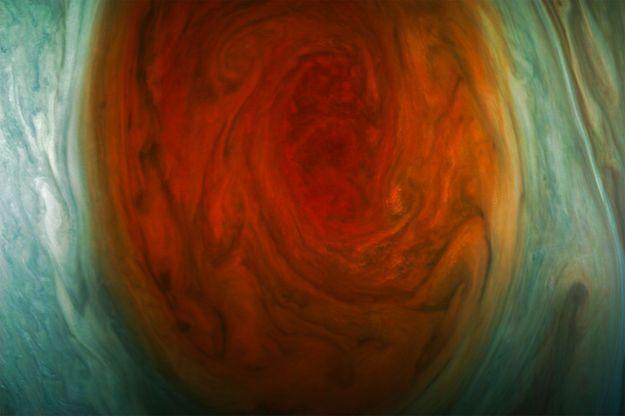 La grande tache rouge de Jupiter a été photographiée à 9866 kilomètres de distance.