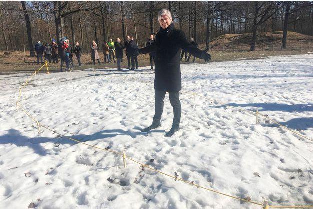 """Le ministre chargée du Climat et de l'environnement, Ola Elvestuen, sur l'endroit où se trouve l""""épave viking trouvée près d'Oslo."""