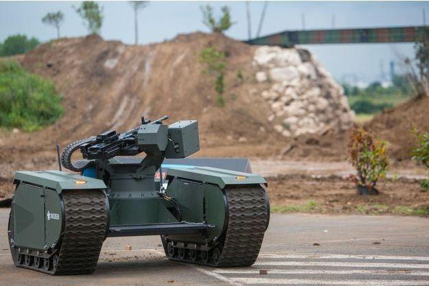 """Un engin sans pilote fabriqué par l'entreprise estonienne Milrem, présenté lors du salon Eurosatory, à Villepinte, en 2016. Ce """"drone terrestre"""", prévu pour accompagner l'infanterie, peut être équipé d'armes diverses."""
