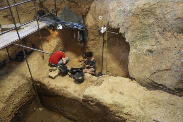 Des archéologues bénévoles à la Caune de l'Arago en 2015 (image d'illustration).