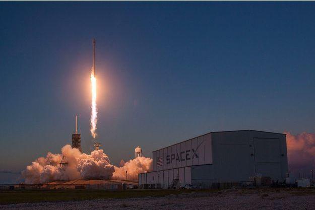 La fusée Falcon 9 au décollage.
