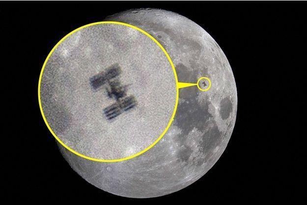 La station spatiale internationale (ISS) passe devant la Lune.