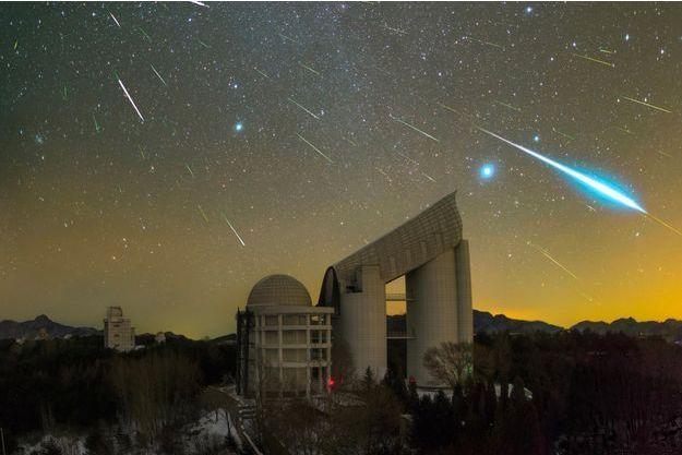 Pluie d'étoiles filantes sur le télescope LAMOST en Chine.
