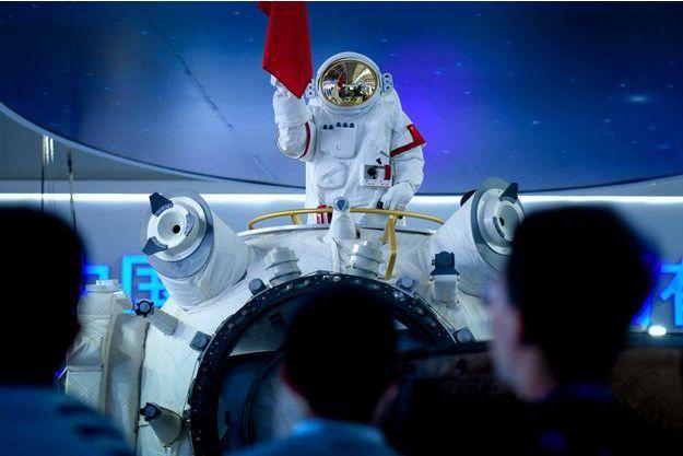 Surmontée d'un mannequin en tenue de cosmonaute et flanquée du drapeau national rouge et jaune, la base spatiale était présentée au Salon d'aéronautique et d'aérospatiale de Zhuhai.