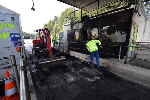 Le péage de Bandol a été brûlé en marge des rassemblements des gilets jaunes.