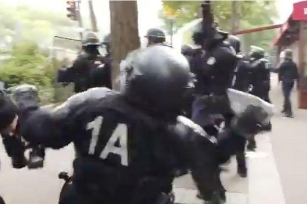 Un CRS a été filmé en train de lancer un pavé lors des manifestations du 1er mai.
