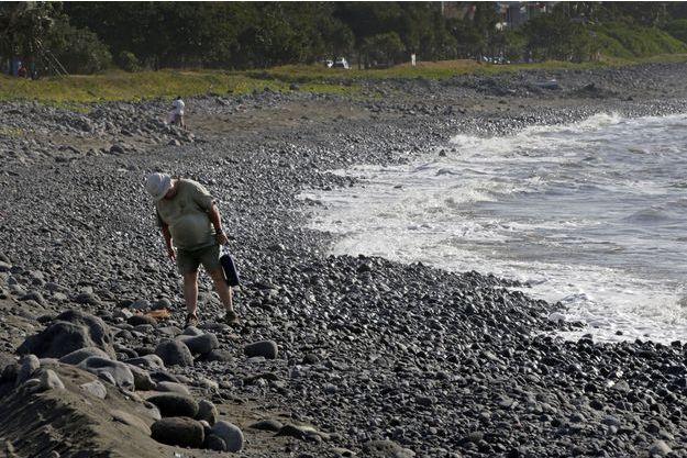 Sur la plage de la Jamaïque à Saint-Denis de La Réunion, de nouveaux débris ont été retrouvés dimanche. Ils n'ont a priori aucun lien avec le MH370, contrairement à ce qui a été annoncé dans un premier temps.