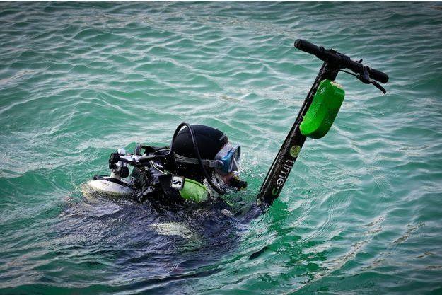 Un plongeur à Marseille récupère une trottinette.