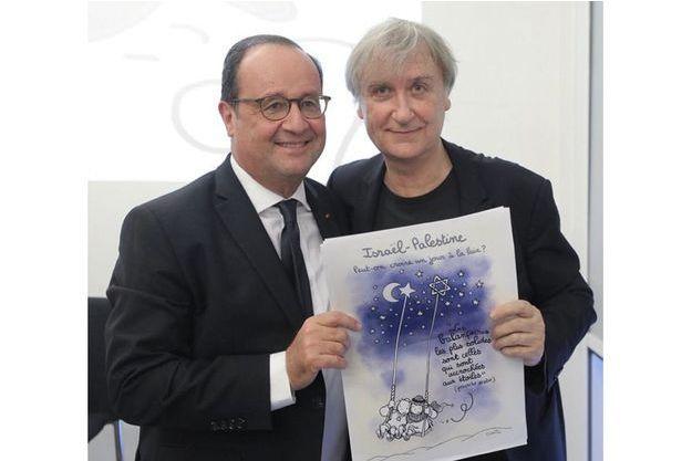 """François Hollande et Plantu qui présente son dessin : """"S'il ne porte pas atteinte à la dignité humaine, un dessinateur peut tout dessiner. Mais son dessin doit être intelligible pour être compris."""""""