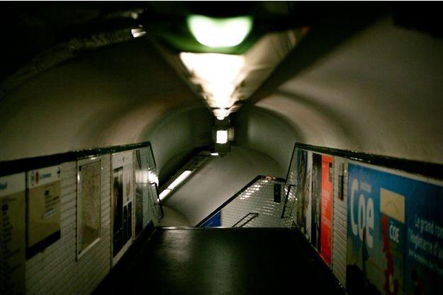 Un couloir de métro parisien.