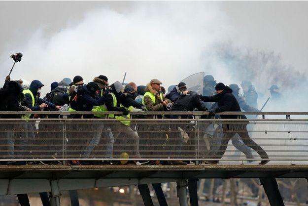 Christophe Dettinger (à droite, bonnet noir) est soupçonné d'avoir frappé deux gendarmes samedi à Paris.