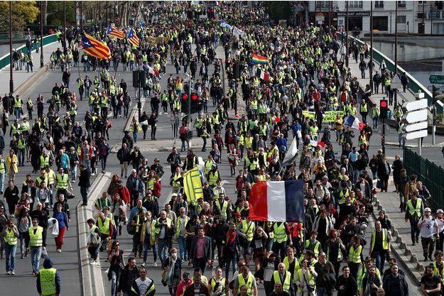 """Des manifestants """"gilets jaunes"""", à Courbevoie, le 6 avril dernier."""