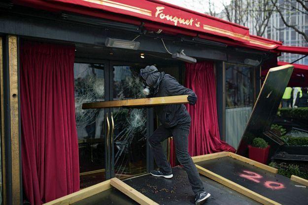 À coups de bélier, les black blocs se jettent sur le Fouquet's, restaurant symbolique des premiers de cordée