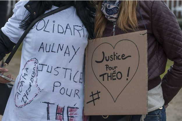Des manifestantes réclament Justice pour Théo.